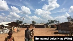 Habitat précaire sur le site aménagé pour les réfugiés de Gado-badzéré, le 6 novembre 2018. (VOA/Emmanuel Jules Ntap)