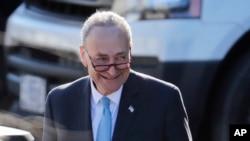 參議院少數黨領袖舒默在白宮會晤川普總統後走回自己的車裡 (2018年1月19日)