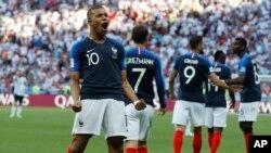 Le Français Kylian Mbappe célèbre après avoir marqué le troisième but de son équipe lors de la huitième de finale entre la France et l'Argentine, lors de la Coupe du monde de football 2018 à la Kazan Arena de Kazan, en Russie, le samedi 30 juin 2018 (AP Photo / David Vincent)