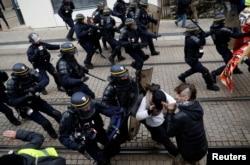 """Manifestantes em confrontos com a polícia de choque em Nantes, França. Primeiro aniversário do movimento """"coletes amarelos"""". 16 Novembro 2019"""