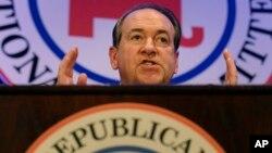 Mike Huckabee habla ante la reunión de invierno del Comité Nacional Republicano en Washington.
