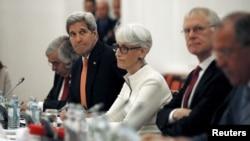 13일 존 케리 미국 국무장관(왼쪽 두번째)이 오스트리아 빈의 이란 핵 협상장에서 독일, 프랑스, 중국, 영국, 러시아, 유럽연합 대표와 만나고 있다.