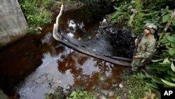 Un soldado colombiano observa el resultado de un ataque a un oleoducto en el departamento de Putumayo.