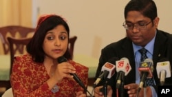 Maldivian Foreign Minister Dunya Maumoon, left, speaks to reporters during a media briefing in Colombo, Sri Lanka, March 16, 2015.
