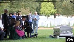 6.25 한국전쟁 중 실종됐다 65년 만에 신원이 확인된 로버트 마이어스 상병의 안장식이 26일 미 알링턴 국립묘지에서 열렸다. 미군 대표가 마이어스 상병 가족에게 운구를 덮었던 성조기를 전달하고 있다.