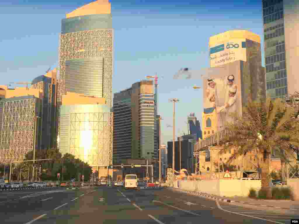 고층 빌딩 사이로 곳곳에 건설 현장이 있다. 카타르는 향후 십년 간 2천 2백억 달러 상당의 기반 시설 공사가 예정돼 있다.
