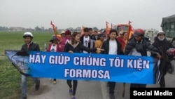 Linh mục Nguyễn Đình Thục cùng với các nạn nhân của thảm họa môi trường biển miền Trung trong một lần đi kiện Công ty Formosa.