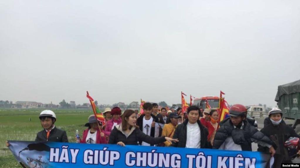 Một cuộc tuần hành kêu gọi người dân kiện Formosa Hà Tĩnh do gây ra nhiễm môi trường biển.