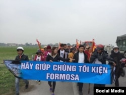 Linh mục Nguyễn Đình Thục cùng với các nạn nhân của vụ ô nhiễm đi kiện công ty Formosa.