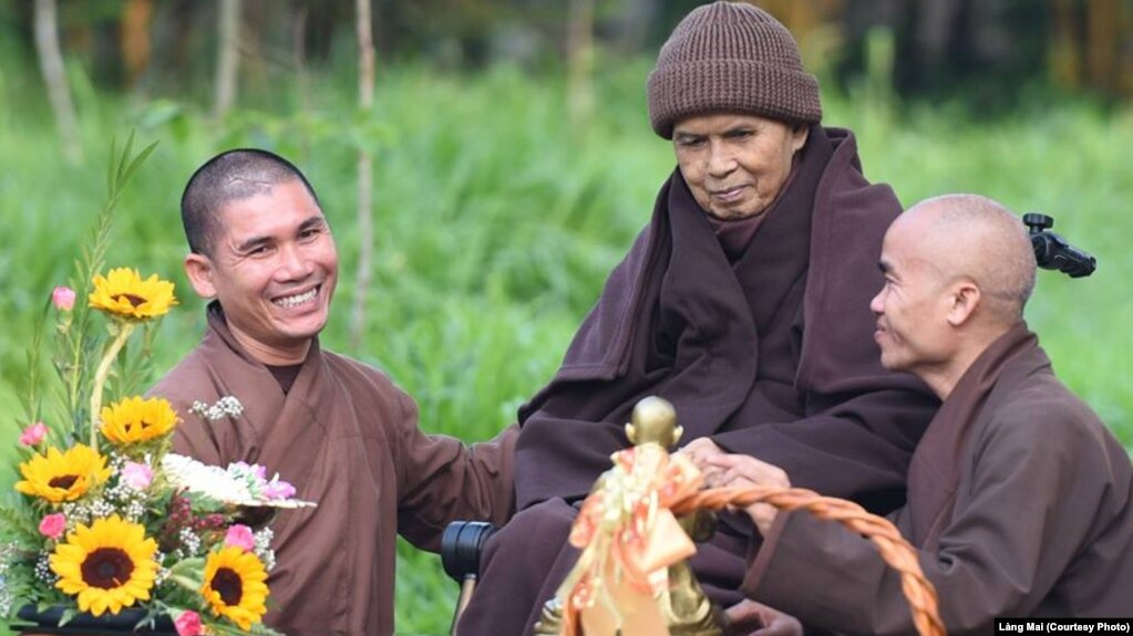 Thiền sư Thích Nhất Hạnh và các tăng ni.