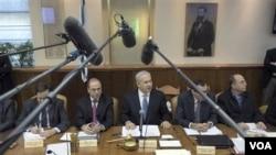 Perdana Menteri Israel Netanyahu (tengah) membahas isu ledakan pipa gas di Mesir dalam sidang kabinet, Minggu (6/2).