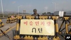 Barricada surcoreana en el puente de la Unificación en la frontera entre los dos países.