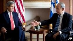 El primer ministro israelí, Benjamin Netanyahu, derecha, conversa con el secretario de Estado, John Kerry, en Jerusalén.