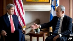 PM Israel Benyamin Netanyahu (kanan) dan Menlu AS John Kerry di Yerusalem (6/11).