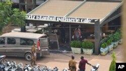 Pasukan keamanan berjaga di luar kafe dan restoran yang diserang oleh kelompok bersenjata yang dicurigai sebagai kelompok ekstrem Islam di Ouagadougou, Burkina Faso, 14 Agustus 2017.