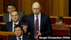 រូបឯកសារ៖ លោកនាយករដ្ឋមន្រ្តីអ៊ុយក្រែន Arseniy Yatsenyuk និយាយនៅក្នុងសភា ក្រុង Kiev ប្រទេសអ៊ុយក្រែន កាលពីថ្ងៃទី១៦ ខែកុម្ភៈ ឆ្នាំ២០១៦។