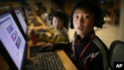 북한 태양절 참관을 위해 초청 받은 외국 언론인들이 지난 17일 평양 과학기술 단지를 방문한 가운데, 컴퓨터를 하고 있던 학생이 취재진에게 눈을 돌리고 있다.