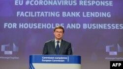资料照片:欧盟经贸主管东布罗夫斯基举行记者会。(2020年4月28日)