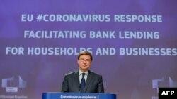 Komisioneri i KE-së, Valdis Dombrovskis, duke njoftuar masat financiare për koronavirusin