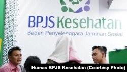 Staf BPJS Kesehatan Kediri, Jawa Timur dalam sosialisasi di sebuah ajang pameran.(Foto: Humas BPJS Kesehatan)