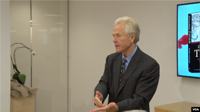 2015年12月10日,美国加州大学尔湾分校商学院教授彼得·纳瓦罗在新美国安全中心讨论他的新书《卧虎:中国军国主义对世界意味着什么》(美国之音拍摄)