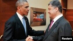 바락 오바마 미국 대통령(왼쪽)이 4일 폴란드 바르샤바에서 페트로 포로셴코 우크라이나 대통령 당선자와 면담하고, 지지 입장을 밝혔다.