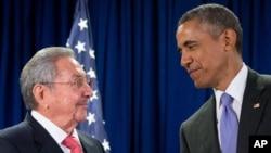 Raul Castro et Barack Obama, le 29 septembre 2015 au siège de l'Onu à New York. (AP Photo/Andrew Harnik)