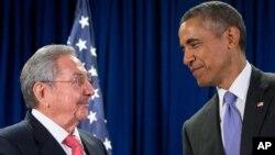 Presiden Kuba Raul Castro (kiri) dan Presiden AS Barack Obama dalam pertemuan di markas PBB di New York, tahun lalu (foto: dok). Presiden Obama akan berkunjung ke Kuba bulan ini.