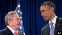 Presiden AS Barack Obama dan Presiden Kuba Raul Castro dalam pertemuan di markas PBB di New York, September 2015. (AP/Andrew Harnik)