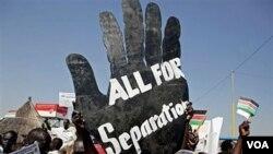 Warga Sudan selatan berpawai di ibukota Juba dengan membawa slogan pro-kemerdekaan.