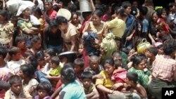 Warga muslim dari berbagai desa berkumpul sebelum dipindahkan ke lokasi yang lebih aman di wilayah Sittwe, ibukota Rakhine di wilayah barat Burma (Foto: dok).
