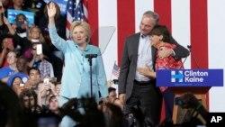 Le sénateur Tim Kaine prend dans ses bras sa femme Anne Holton lors d'un discours de la candidate démocrate Hillary Clinton à Miami, le 23 juillet 2016.