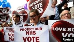 2014年9月17日,苏格兰格拉斯哥市的反对独立的人们在集会结束后手持反对独立的牌子