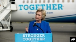 Ứng viên Tổng thống bên Đảng Dân chủ Hillary Clinton phát biểu trước truyền thông trước khi lên máy bay ở New York, ngày 8 tháng 9 năm 2016.