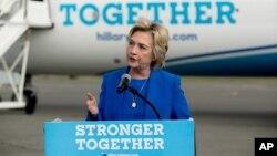 Hillary Clinton hizo su primera conferencia en mucho tiempo para criticar los comentarios de Trump sobre los generales estadounidenses.