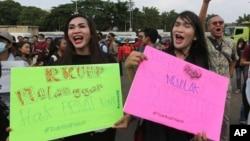 Para aktivis LGBT melakukan unjuk rasa menentang revisi KUHP dalam aksi di luar gedung DPR di Senayan, Jakarta, Senin (12/2).