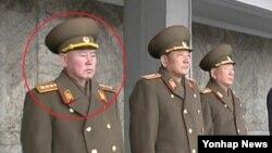 북한의 리명수 전 인민보안부장이 처형된 리영길의 후임으로 총참모장에 임명된 사실이 21일 공식적으로 확인됐다. 지난 8일 개최한 '지구관측 위성 광명성 4호 발사 성공' 축하 평양시 군민경축대회에서 북한군 총참모장으로 발탁된 리명수 전 인민군 대장이 박영식 인민무력부장 오른편에 서 있다. (자료사진)