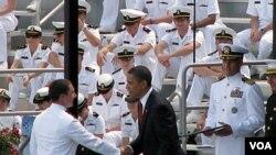 奥巴马总统参加海军学院毕业授衔典礼