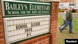 弗吉尼亚州一所小学宣布因疫情关闭的告示。(2020年3月25日)