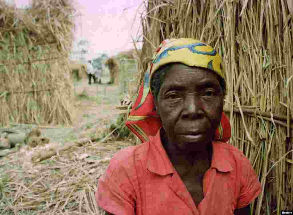 Refugiada angolana aguarda o processo de pacificação em Angola no acampamento de Caxito, em 1998.