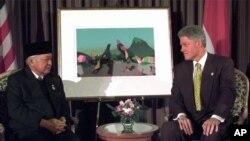 Presiden Suharto bertemu Presiden AS Bill Clinton pada KTT APEC di Vancouver, Kanada 24 November 1997. (Foto: dok).