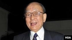 El japonés Akira Suzuki sonríe al salir de su casa en Ebetsu camino a la Universidad en Sapporo, Hokkaido.