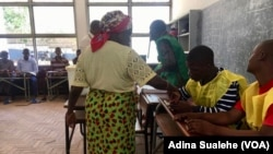 Une femme vote dans un bureau à Nampula, au Mozambique, le 10 octobre 2018. (VOA/Adina Sualehe)