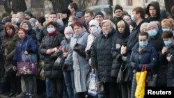 Зупинка громадського транспорту у Києві, 19 березня 2020 (REUTERS/Valentyn Ogirenko)