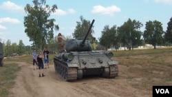 老挝向俄罗斯示好,向俄罗斯赠送了30辆T-34坦克。 2014年在莫斯科郊外的军事比赛活动中所展示的T-34坦克。