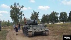 老撾向俄羅斯示好,向俄羅斯贈送了30輛T-34坦克。 2014年在莫斯科郊外的軍事比賽活動中所展示的T-34坦克。