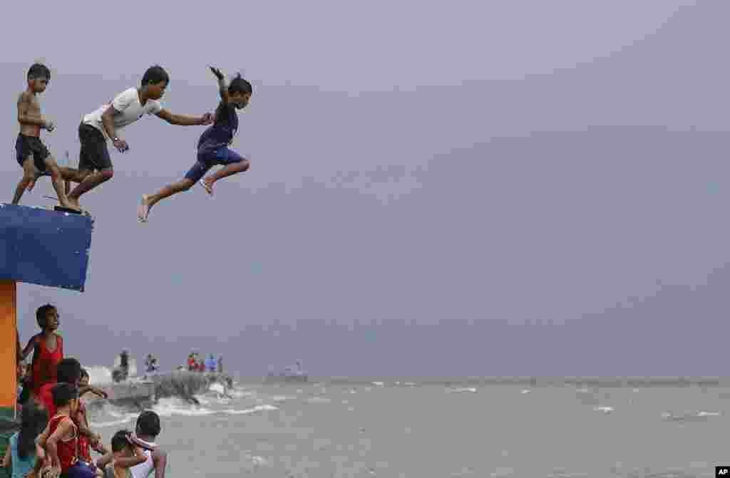 این کودکان در فیلیپین برای فرار از گرما تن به آب می زنند.