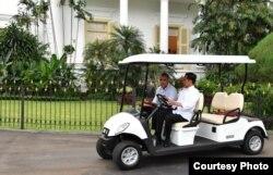 Presiden Jokowi dan Obama menuju Grand Garden Cafe yang terletak di kawasan Kebun Raya Bogor, 30 Juni 2017. (Foto courtesy: Setpres RI)