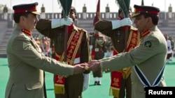 Tướng Ashfaq Kayani (phải) bàn giao chức vụ lại cho tân Tư lệnh Quân đội Raheel Sharif trong buổi lễ tại Tổng hành dinh ở Rawalpindi, 29/11/13