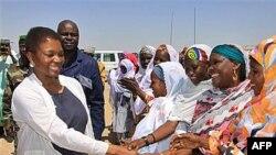 Bà Valerie Amos (trái) Phó Tổng thư ký đặc trách các vấn đề nhân đạo đến thăm Niger một trong những nước đang thiếu lương thực